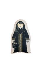 وسادة بطبعة امرأة ترتدي عباية