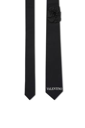 ربطة عنق بشعار الماركة